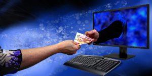 יד יוצאת מהמחשב עם כסף